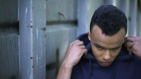 Beznadziejność, nieszczęśliwy nastoletni chłopak gubjący w życiu, brak sposobności, kryzys zdjęcie wideo