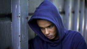 Beznadziejność, nieszczęśliwy nastoletni chłopak gubjący w życiu, brak sposobności, kryzys obraz stock