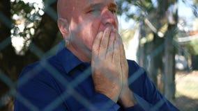 Beznadziejny i Wzburzony osoba plecy Kruszcowy ogrodzenia Gestykulować Rozczarowywam zbiory