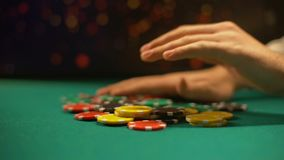 Beznadziejny kasynowy gracza kładzenie uprawia hazard układy scalonych na stole, w zakładzie, partia pokera zdjęcie wideo