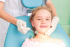 Bezoeken de bezoekende tandartsen van het meisje, de tandarts Stock Afbeeldingen