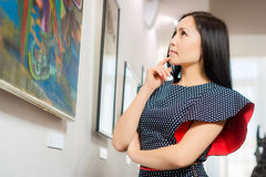 Bezoeker in de galerij royalty-vrije stock afbeeldingen