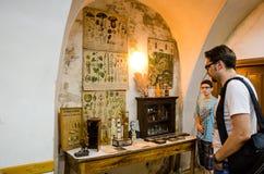Bezoeker en jonge gids in de Overeenkomst van Scoala DIN, Sighisoara royalty-vrije stock afbeelding