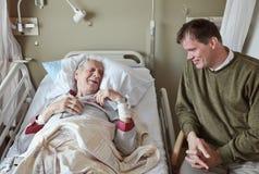 Bezoeker in het ziekenhuis Stock Afbeeldingen