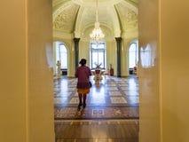 Bezoeker in Marmeren Paleis in St. Petersburg stock fotografie