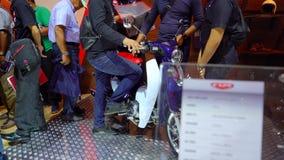Bezoeker met de motorfiets van Honda Super Cub C125 stock video