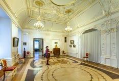 Bezoeker in ruimte van Marmeren Paleis in St. Petersburg royalty-vrije stock foto