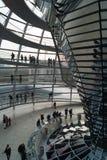 Bezoekers aan de koepel in Bundestag Stock Foto