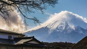 Bezoekers aan het dorp van oshinohakkai om vulkanische Fuji te bewonderen om op toeristen te pronken met indruk te maken royalty-vrije stock afbeeldingen