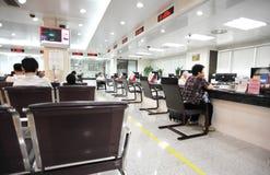 Bezoekers in bankbureau Royalty-vrije Stock Foto