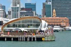 Bezoekers bij de Wolk in de waterkant van Auckland, Nieuw Zeeland Stock Foto