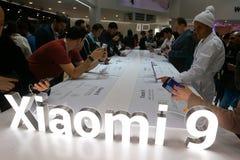 Bezoekers bij de Xiaomi-bedrijfcabine bij het Mobile World Congress 2019 in Barcelona royalty-vrije stock foto's