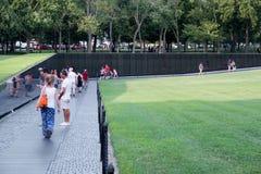 Bezoekers bij het de Veteranengedenkteken van Vietnam in Washington D C Royalty-vrije Stock Afbeeldingen