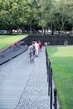 Bezoekers bij het de Veteranengedenkteken van Vietnam in Washington D C Stock Fotografie