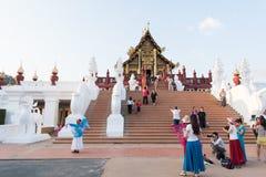 Bezoekers bij Ho Kham Luang Royal Pavilion en Openbaar Park in Chaing Mai Province On December 31, 2014, Thailand royalty-vrije stock foto's