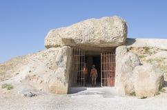 Bezoekers bij ingang aan Dolmen van Menga in Antequera, Spanje Stock Afbeeldingen