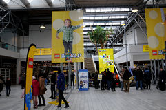 BEZOEKERS BIJ LEGO-WERELDmarkt 2017 Stock Foto's