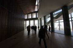 Bezoekers binnen de het paleisbouw van het modercongres Stock Afbeelding