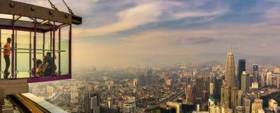 Bezoekers bovenop de Toren van Menara KL met panorama van Kuala Lumpur stock foto