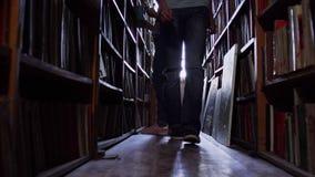 Bezoekers in de bibliotheek dichtbij de boekrijen stock footage