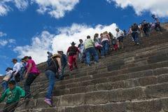 Bezoekers in de Tempel van de Zontrap bij de archeologische plaats van Teotihuacan in Mexico Stock Foto