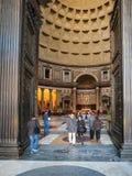 Bezoekers in deuren van pantheon in de stad van Rome Stock Fotografie