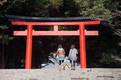 Bezoekers die aan een Japanse heiligdompoort lopen Stock Fotografie