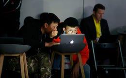 Bezoekers die aan hun laptops bij MWC19 in Barcelona werken royalty-vrije stock fotografie