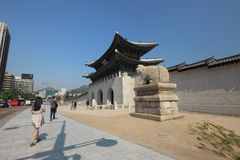 Bezoekers die, binnenlands en buitenlands, Gwanghwamun-Poort in Seoel ingaan royalty-vrije stock foto's