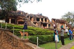 Bezoekers die foto's nemen bij de tuin van het udaygirihol stock foto's