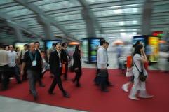 Bezoekers die in het eerlijke complex lopen Stock Afbeelding