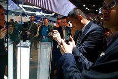 Bezoekers die Huawei-vouwenpartner x voorstellen vouwbaar mobiel model bij Mobile World-congres 2019 in Barcelona stock afbeelding
