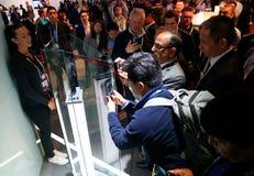 Bezoekers die Huawei-vouwenpartner x voorstellen vouwbaar mobiel model bij Mobile World-congres 2019 in Barcelona stock fotografie