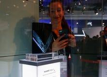 Bezoekers die Huawei-vouwenpartner x voorstellen vouwbaar mobiel model bij Mobile World-congres 2019 in Barcelona royalty-vrije stock foto