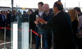 Bezoekers die Huawei-vouwenpartner x voorstellen vouwbaar mobiel model bij Mobile World-congres 2019 in Barcelona royalty-vrije stock fotografie