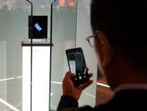 Bezoekers die Huawei-vouwenpartner x voorstellen vouwbaar mobiel model bij Mobile World-congres 2019 in Barcelona royalty-vrije stock foto's