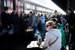Bezoekers die naar huis door trein terugkomen nadat zij van Oudejaarsavond vierden Stock Afbeeldingen