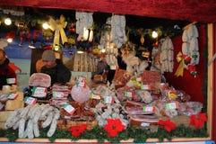 BEZOEKERS EN KERSTMISpunten BIJ KERSTMISmarkt Stock Foto