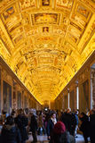 Bezoekers in Kaartengalerij in het museum van Vatikaan Stock Foto's