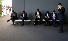 Bezoekers in lunchtijd tijdens MWC19 in Barcelona worden gezien dat royalty-vrije stock afbeeldingen
