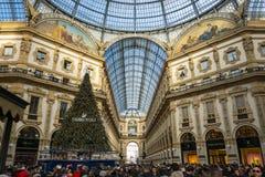 Bezoekers in Milaan tijdens Kerstmis stock foto