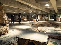 Bezoekers op archeologisch gebied in Milan Cathedral stock afbeeldingen