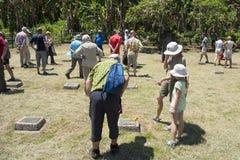 Bezoekers op begraafplaats van Eerste Wereldoorlog in Rabaul, Papoea-Nieuw-Guinea, die Duitse graven, begraafplaats als herinneri royalty-vrije stock afbeeldingen