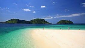 Bezoekers op strand tegen kristal andaman overzees bij Lipe-eiland Stock Foto