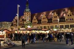 Bezoekers overvolle Kerstmismarkt in Leipzig Stock Foto's
