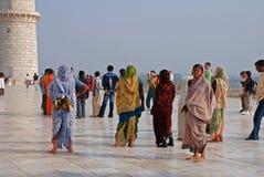 Bezoekers in Taj Mahal Stock Afbeeldingen