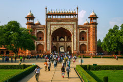 Bezoekers in Taj Mahal complex op 20 September, 2015, in Agra, Uttar Pradesh, India Stock Afbeelding