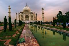 Bezoekers in Taj Mahal complex op 20 September, 2015, in Agra, Uttar Pradesh, India Royalty-vrije Stock Fotografie