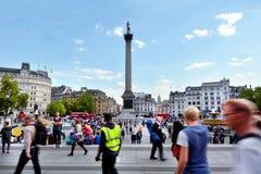 Bezoekers in Trafalgar Square Londen, Engeland het Verenigd Koninkrijk Royalty-vrije Stock Afbeeldingen