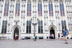 Bezoekers voor het stadhuis van Brugge in België royalty-vrije stock fotografie
